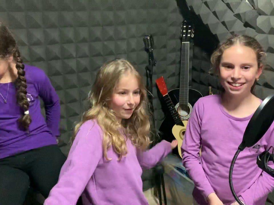 הקלטת שיר יום הולדת עם 2 חברות טובות